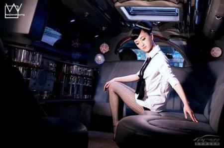 美女在悍马车内的奢华生活(2)