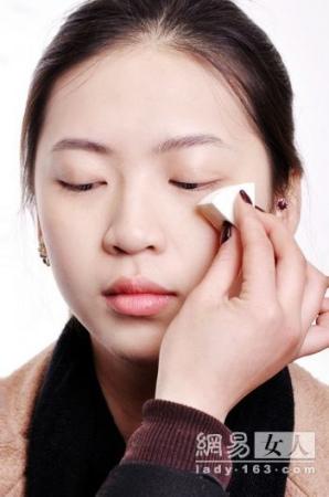 上班族如何化淡妆 简单ol妆画法步骤图解(8)