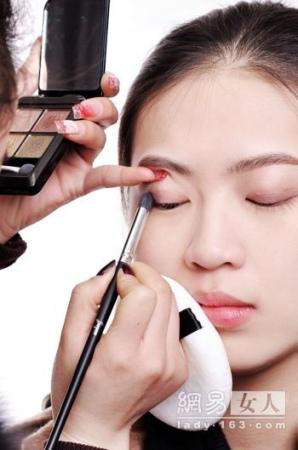 上班族如何化淡妆 简单ol妆画法步骤图解(17)