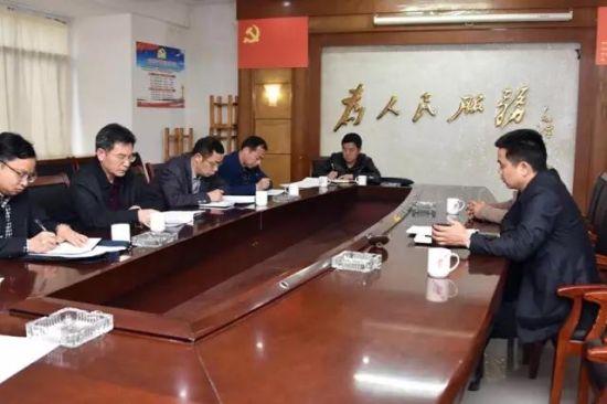 3月28日,区工委书记李运帷来到咏生村开展对口帮扶。座谈会上,扶贫组长李曙峰将书记提出的相关要求一一记录在本子上。