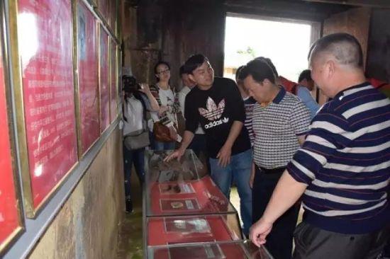 5月4日,区工委委员、总经济师姜华带领相关单位在咏生村开展献爱心活动,期间,朱诺向姜华介绍咏生村的红色历史。