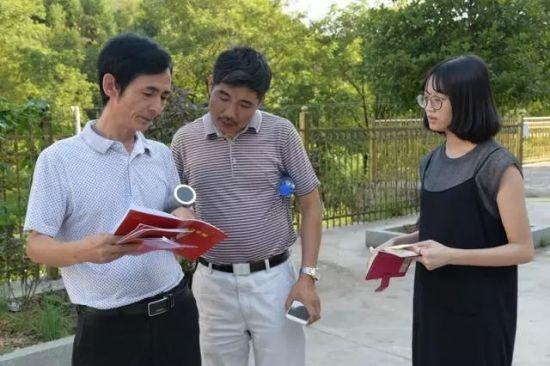 扶贫组长刘侯(左一)向采访人员介绍贫困户家庭情况