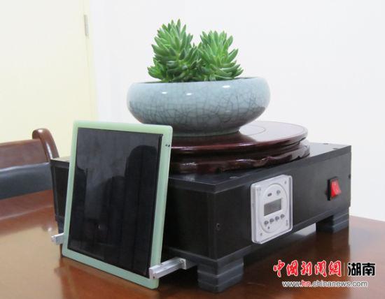 获得银奖的作品《自动旋转式家用盆栽器》。