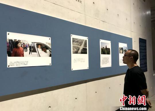 白杉为母亲拍摄的作品《永珍》吸引摄影爱好者驻足。 邓霞 摄