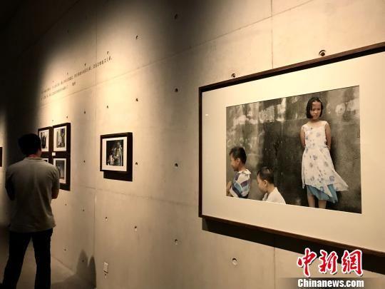 卢承德的作品《世俗生活在南方(苏州记忆)》。 邓霞 摄
