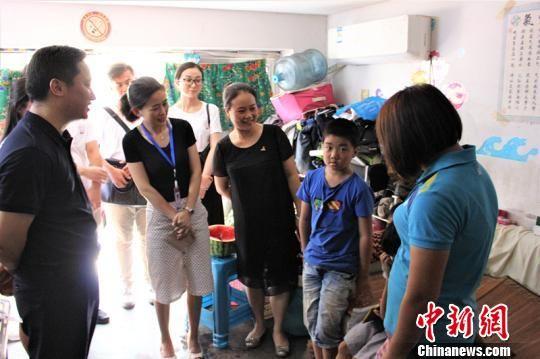港澳台实习生们慰问社区贫困家庭。 宋晓帆 摄