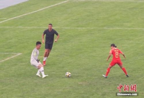和中国孩子踢球时的一个细节,讲述了C罗的足球哲学