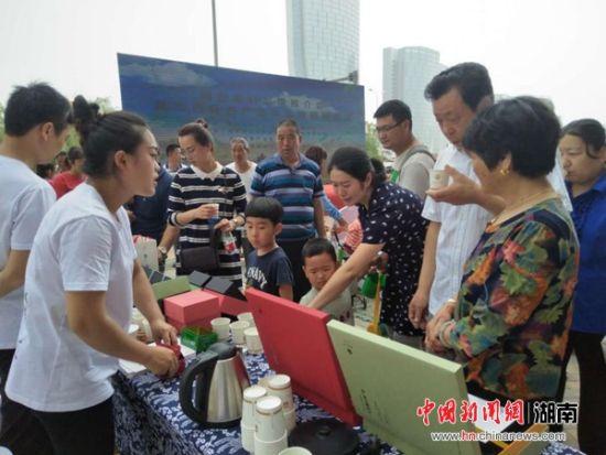 济南•湘西茶产业战略合作签约会上,凤凰高山茶受济南茶商青睐。