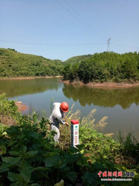 泸溪县供电公司开展鱼塘安全警示牌专项整治。
