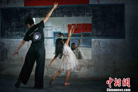 龙晶睛带山区小女孩学习舞蹈。 郭仅仅 摄