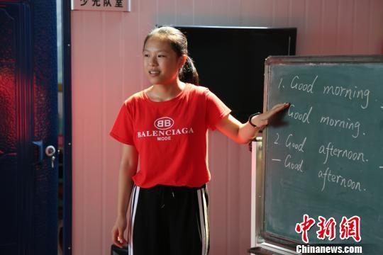 唐英姿给孩子们上英语课。芒果TV供图