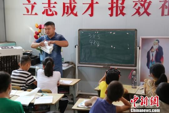 陈浩为孩子们辅导暑期作业。芒果TV供图