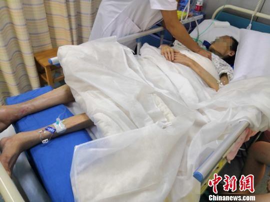 躺在病床上的沈女士体重不足60斤。 陈璇 摄