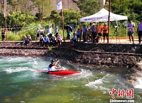运动员和观众为皮划艇激流回旋队员加油助威。 王建军 摄