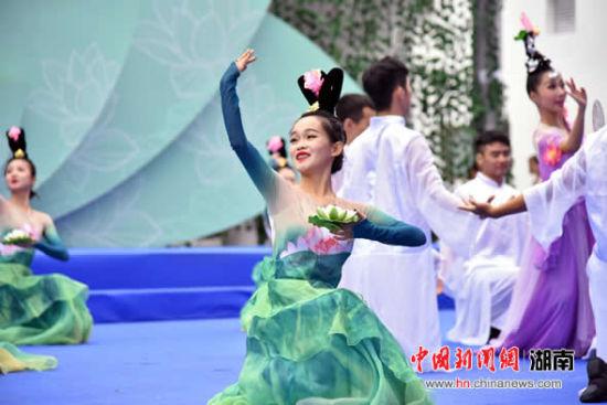 歌舞表演。