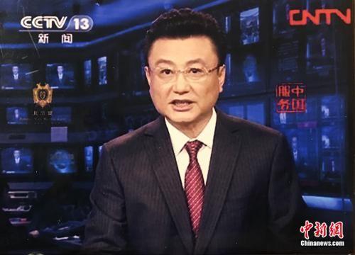 王宁在《新闻联播》主播台上待了28年。受访者供图