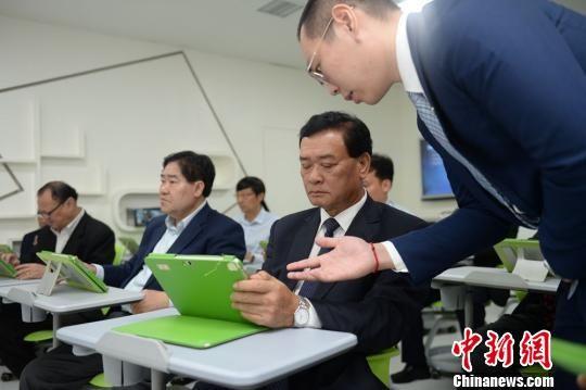 老挝教育界代表团体验AiClass云课堂。 辜鹏博 摄