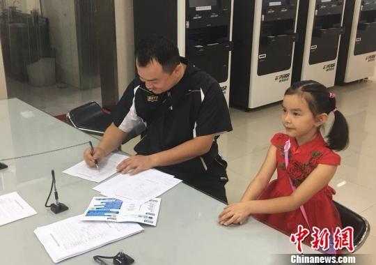 符合申领条件的港澳台居民填写相关材料。 付敬懿 摄