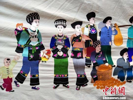 凤凰县百米《苗族古歌史诗绣卷》上的图案。凤凰县供图