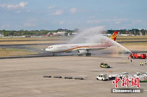 9月5日,海南航空北京—柏林直飞航线开航十周年新闻发布会暨庆典活动在柏林泰格尔机场举行。当天下午,柏林机场以水门仪式隆重欢迎一架从北京飞抵柏林的海航航班,机上乘客亦分享了庆典的喜悦。中新社记者 彭大伟 摄