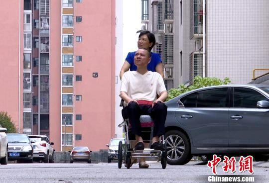 黄长青与妻子杨腾珍。 蒋礼 摄