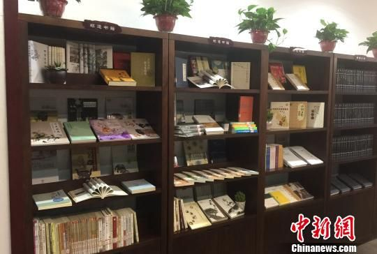 图为书柜里摆放着许多非遗书籍。 刘星群 摄