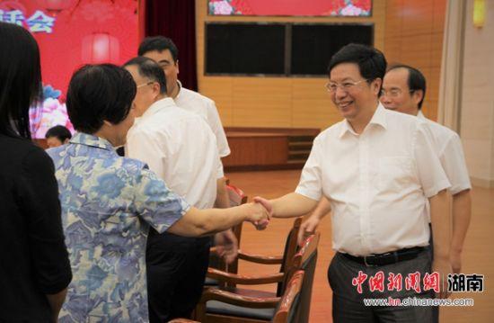 湖南省委常委、长沙市委书记胡衡华与参加茶话会的各界人士握手,并互道祝福。