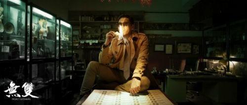 《无双》中周润发手拿美金点烟的镜头。