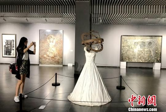重达701公斤的《古代女子(婚纱/星球)》。 邓霞 摄