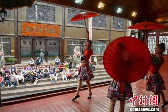 古城内万寿宫景点的表演吸引游人。 杨华峰 摄
