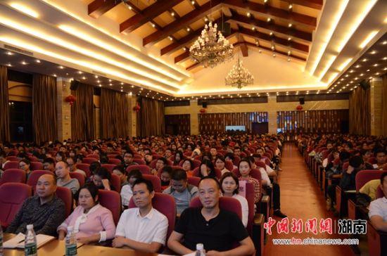 800余名新生代表聆听了讲座。