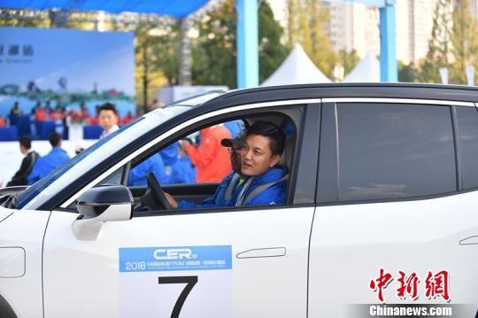 著名主持人李锐驾驶纯电动SUV蔚来ES8参赛。 主办方供图