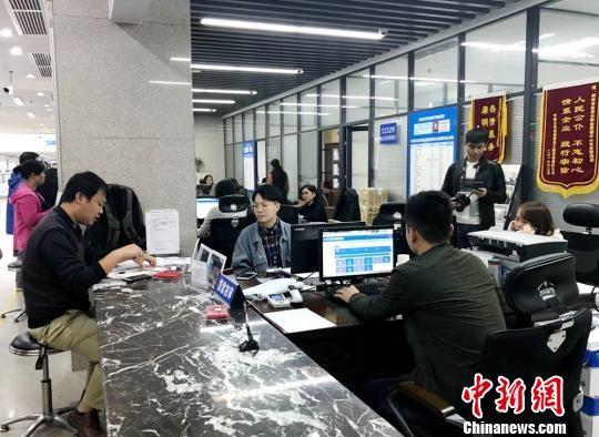 """郴州市政务大厅让市民""""少跑腿""""。 邓霞 摄"""