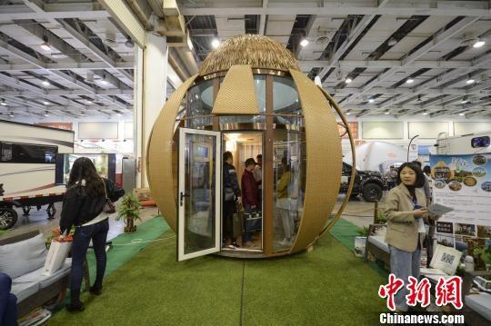 旅游装备展区内一座似葫芦又似橘子的小屋。主办供图