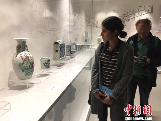 德媒记者参观醴陵釉下五彩瓷。 向一鹏 摄