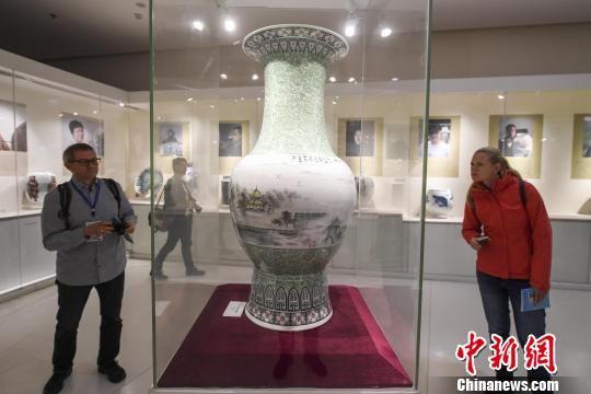 德媒记者欣赏醴陵釉下五彩瓷。 杨华峰 摄