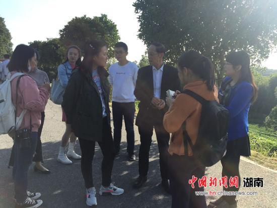 周长树(右三)在接受记者采访。