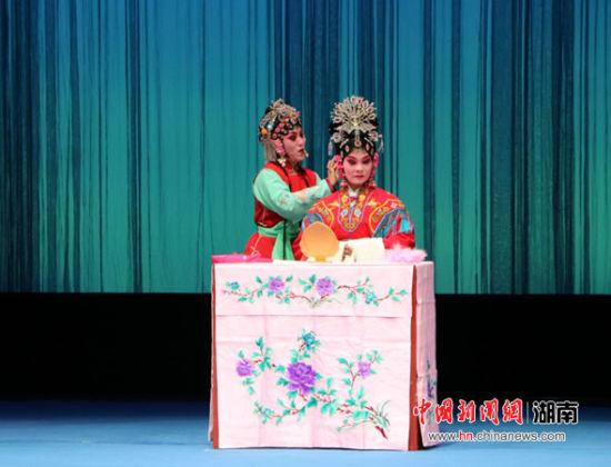 荆州花鼓戏《站花墙》。