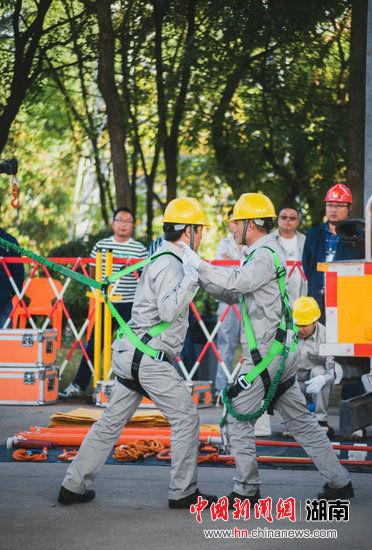 团体项目(带负荷更换柱上开关):作业人员进行安全带冲击试验。