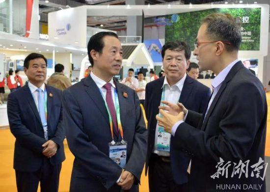 11月5日,湖南省委副书记、省长许达哲出席在上海举行的中国国际进口博览会开幕式,并参观了江森自控、诺基亚、波音、库卡等全球著名企业。