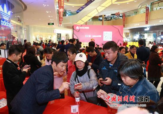 市民前来参加购物消费节。