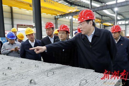 11月8日,杜家毫在长信住工考察装配式建筑产业发展情况。图片均为湖南日报记者 罗新国 摄