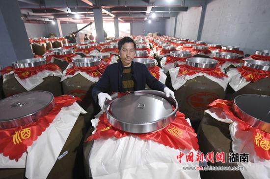 郑门国酱万吨酒窖封坛。