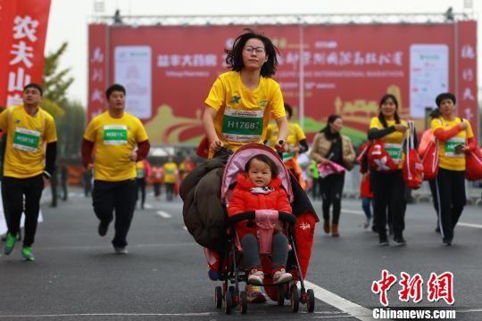 带小孩参赛的女跑者。主办方供图