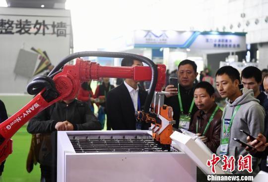 三一的钢筋捆扎机器人吸引众人围观。 杨华峰 摄