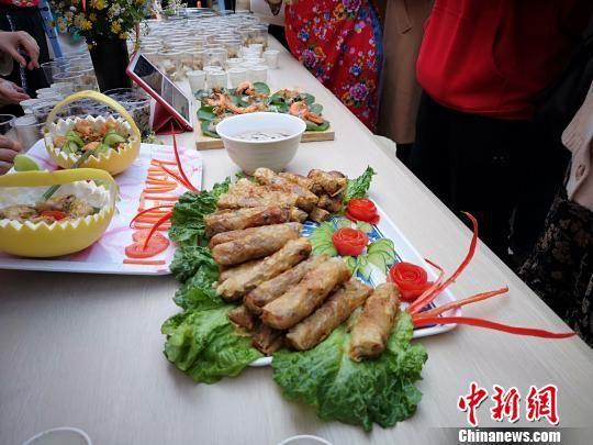 留学生为中国学生做的美食。 唐小晴 摄