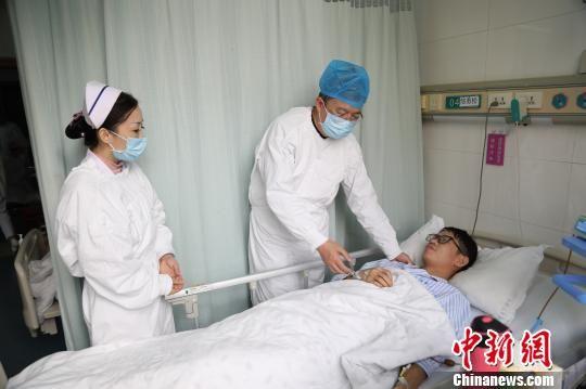 邹勇松接受医生检查。长沙理工大学供图