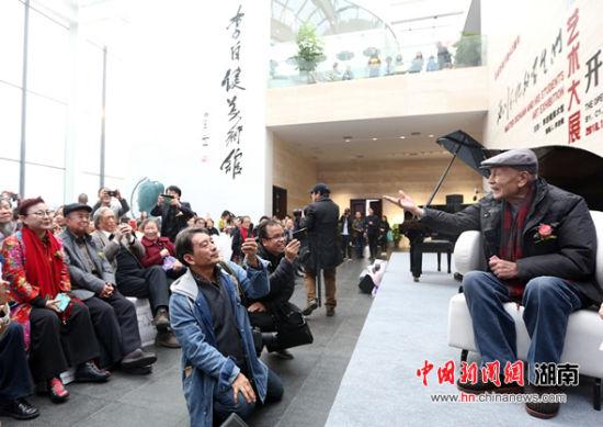 陈西川(右)与学生互动。