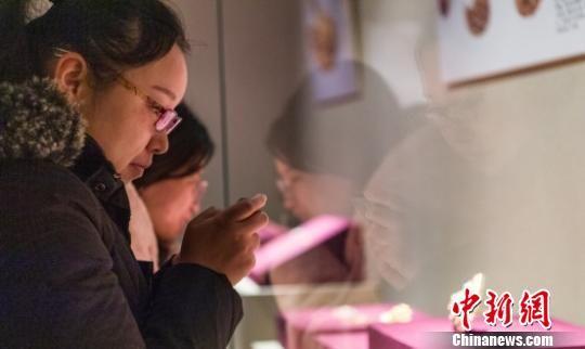 参观者欣赏展品。 朱宇 摄