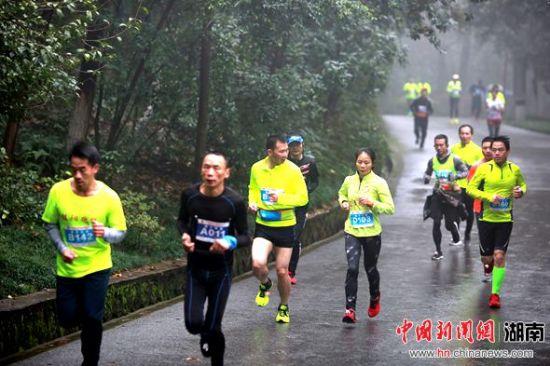 郴州市民以登高健身方式迎接新年的到来。